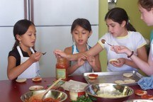 Small_3_girls_maming_mini_pizza